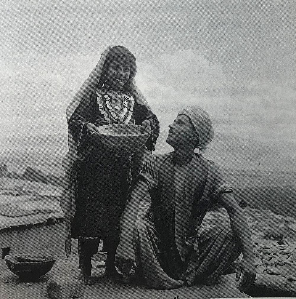 »Bei diesem Bild kann man nicht wissen, ob dieser Mann ihr Vater ist oder vielleicht ihr Verlobter? Das Mädchen sieht so frei aus«… (Yasmin Jakub)  Aufnahme von 1953, © Estate Yvonne von Schweinitz, Berlin.