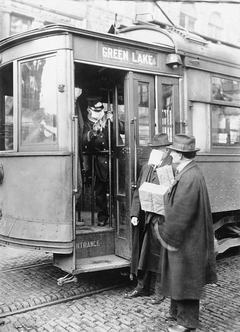 Ein Schaffner verweigert Fahrgästen ohne Schutzmaske die Mitfahrt (Seattle, 1918), © gemeinfrei.