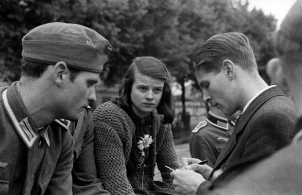 Hans und Sophie Scholl mit Christoph Probst (v.l.n.r.). Abschied vor der Abfahrt zur Ostfront, München, Juli 1942, © Gedenkstätte Deutscher Widerstand