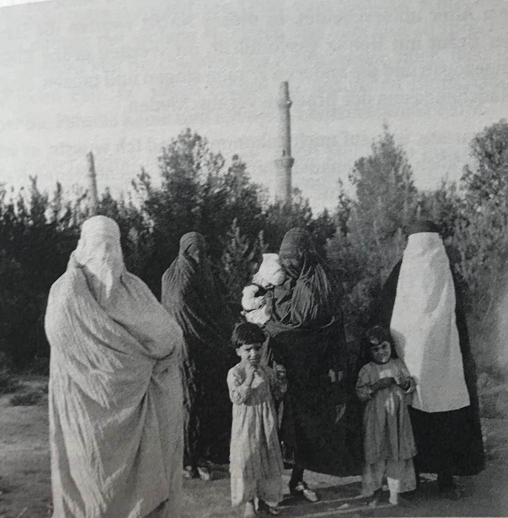 »Solche Frauen sieht man bis heute in Kabul, keiner weiß, was sich hinter dem Schleier verbirgt« (Yasmin Jakub) Aufnahme von 1953, © Estate Yvonne von Schweinitz, Berlin.