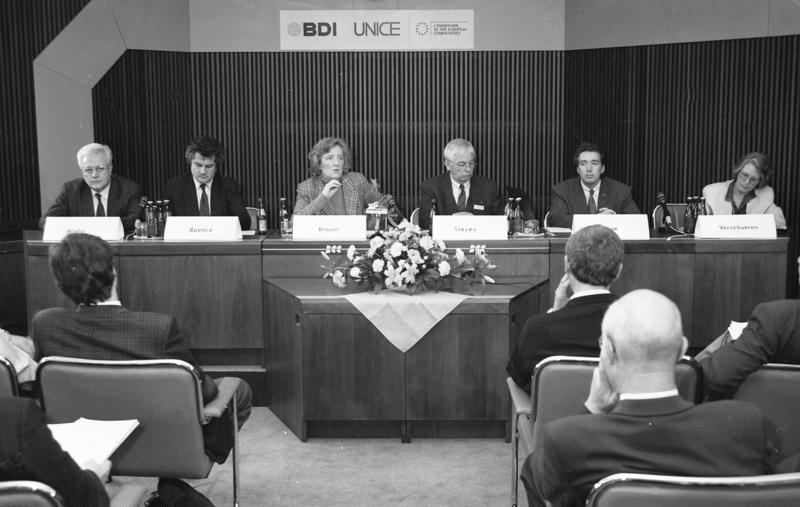Auf einer internationalen Konferenz wirbt die Treuhand-Präsidentin für Investitionen in Ostdeutschland (1991). Copyrights: Bundesarchiv, B 145 Bild-F088082-0036 / Thurn, Joachim F. / CC-BY-SA 3.0