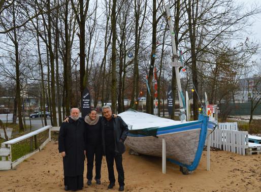 Interreligiöse Weihachten mit beleuchtetem Fischerboot