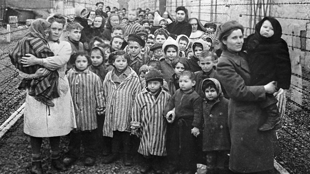 27. Januar 1945: Sowjetische Ärztinnen und Vertreterinnen  des Roten Kreuzes unter Kinderhäftlingen des Vernichtungslagers Auschwitz kurz nach der Befreiung durch die Rote Armee.