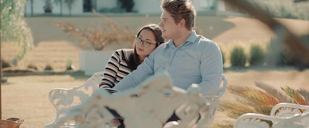 noivos apaixonados sentados em um banco de jardim