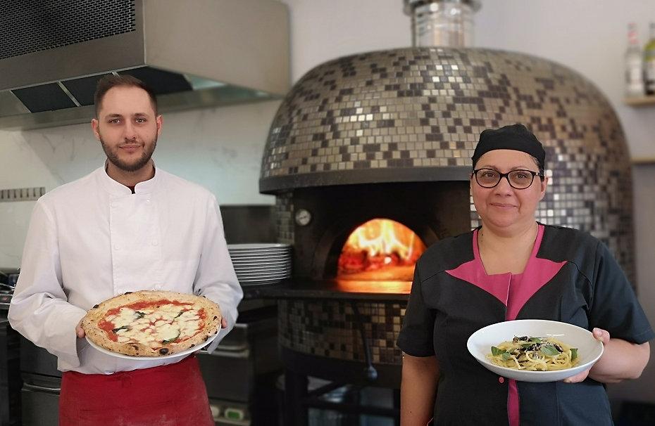 La famille de la pizzeria la Squisita à Lille devant le four à bois