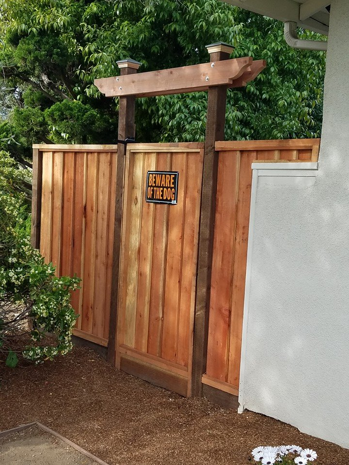 Redwood_fence_and_gate_with_structure