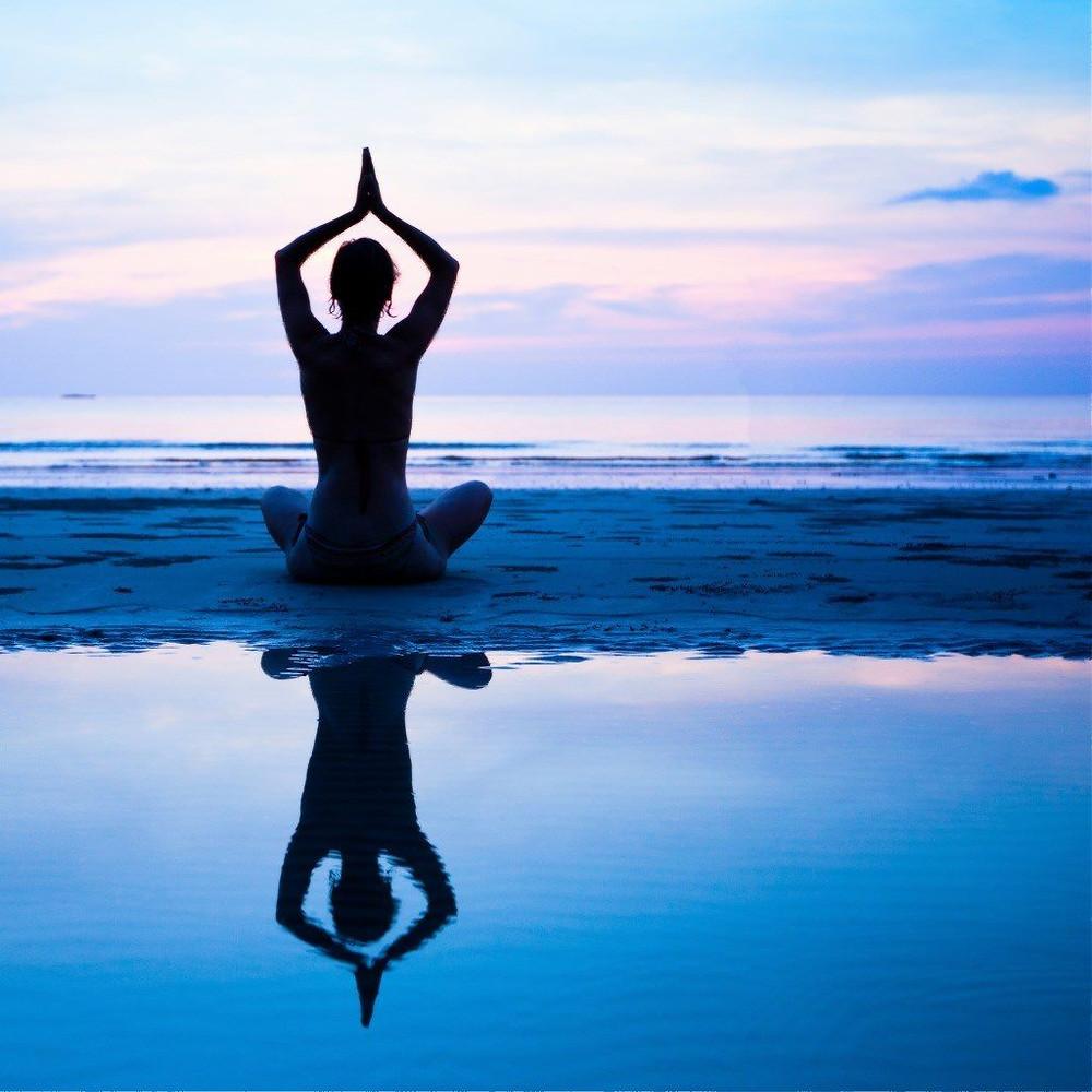 os retiros de yoga, a programação é intensa: aulas teóricas, horas de meditação e alimentação orientada pelo vegetarianismo ou veganismo. Foto: Pixabay