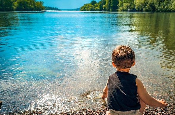 enfant lac.jpg