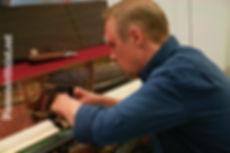 pianonvirittajat_matti_rassi_tyossaan_pi