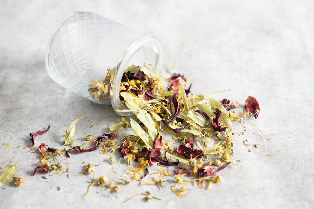 Quelques bractées de tilleul, un peu de lavande, des pétales d'hibiscus, des douces fleurs de camomille matricaire et de lumineux pétales de calendula pour un mélange tout en douceur qui se déguste aussi bien chaud que glacé !