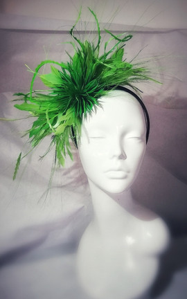 Green feather fascinator.