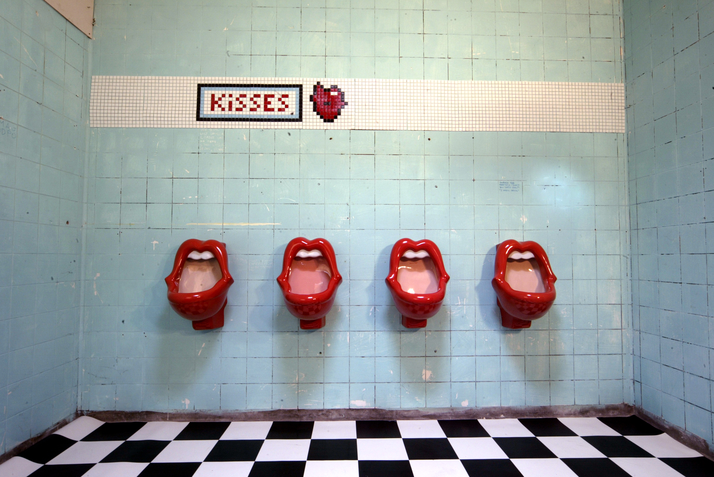 kisses urinal