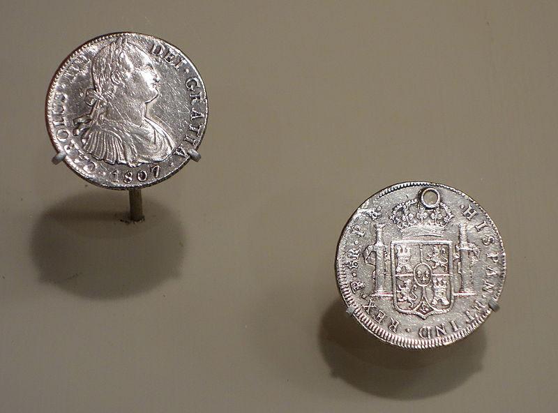Monedas de plata de 8 reales: mexicana (izquierda) y peruana (derecha). Imagen tomada de Wikimedia Commons.