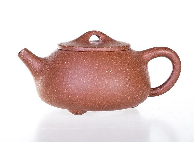 Глиняный чайник трехногий