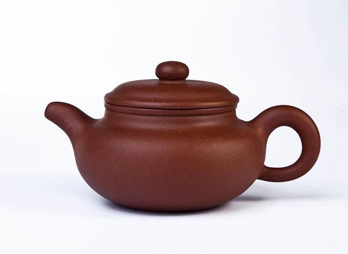 Глиняный чайник красный