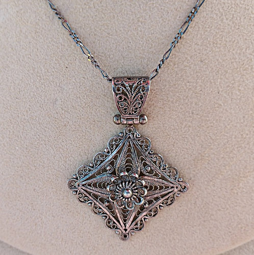 Intricate Vintage Hand Wired Sterling Filigree Hinged Pendant & Chain