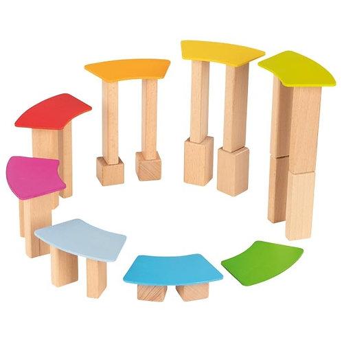 Blocs de construction et cartes en bois lasuré.