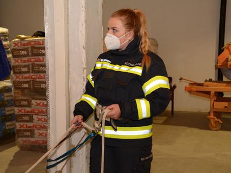 Drei Feuerwehrfrauen bereit für den Aktivstand