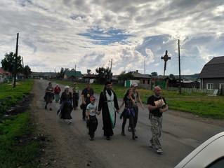 Православные верующие Бархатово молитвенно напутствовали участников Успенского крестного хода на про