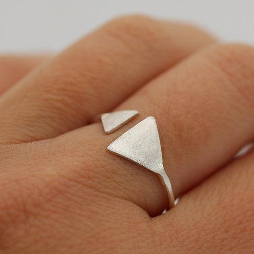 Anello aperto in argento 925 con due triangoli