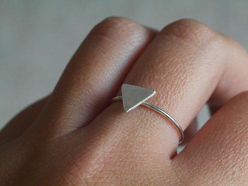 Anello con triangolo pieno in argento 925