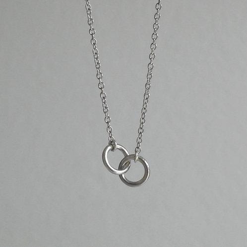 Collana in argento 925 con due anelli intersecati