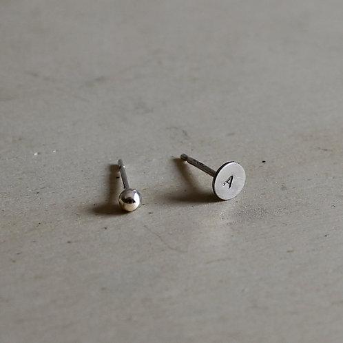 Orecchini mini con iniziale in argento 925