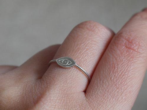 Anello con occhio inciso in argento 925