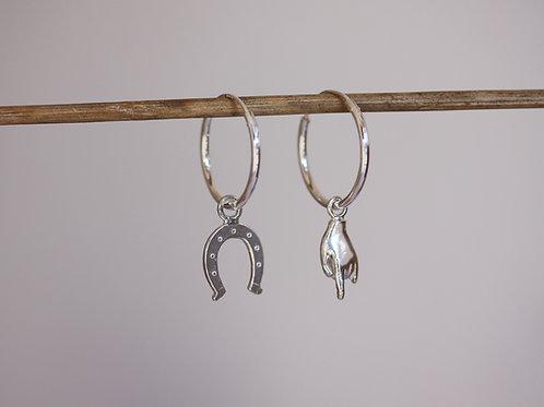 Orecchini a cerchio con pendenti corna e ferro di cavallo in argento 925