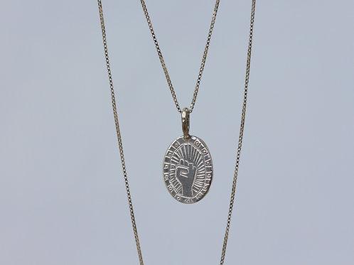 Collana pugno inciso su targhetta in argento 925