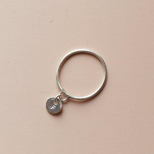 Anello con charm con iniziale in argento 925
