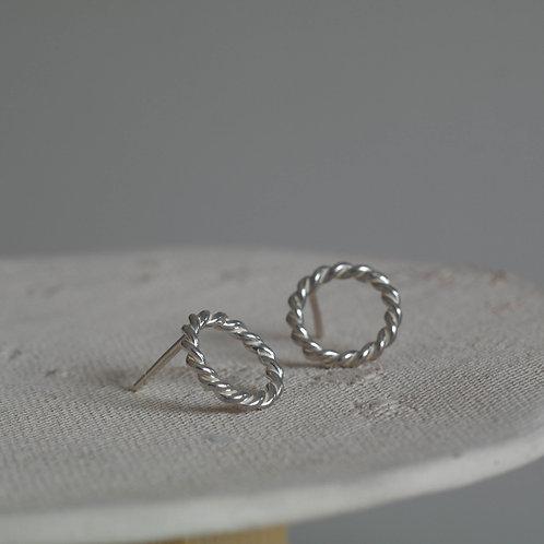 Orecchini a cerchio filo ritorto in argento 925