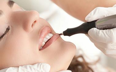 Maquillage permanent contour des lèvres