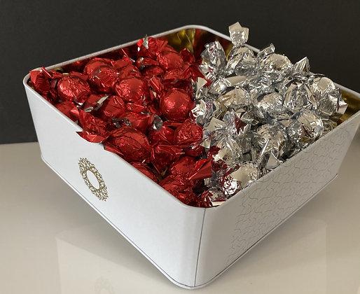 קופסת יוקרתית מלאה בפרליני שוקולד איכותי