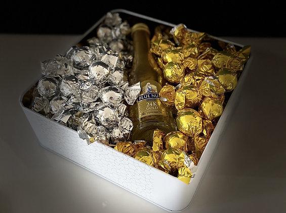 מארז רומנטי, קופסת יוקרתית מלאה בפרלינים משובחים ובקבוק בלו נאן זהב