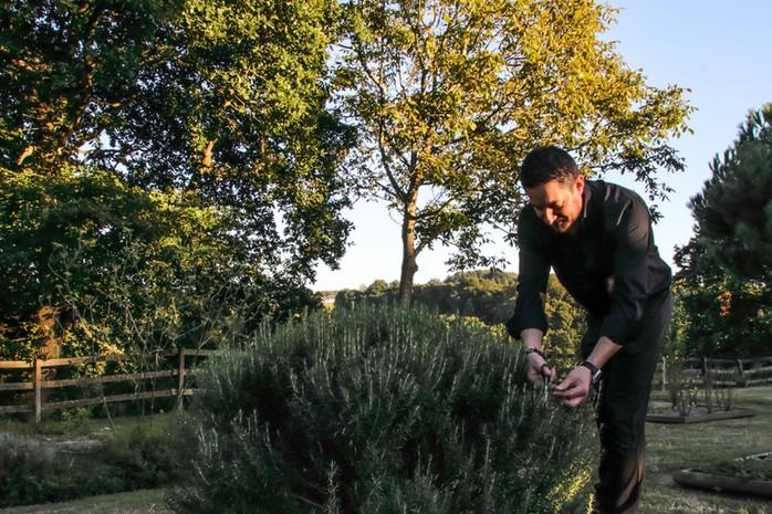 Maître restaurateur Christophe Sagory dans son jardin