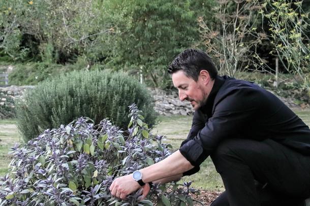Le chef cuisinier Christophe Sagory dans son jardin en Bretagne
