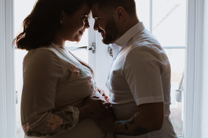 Studio & lifestyle maternity session at home - Kings Langley