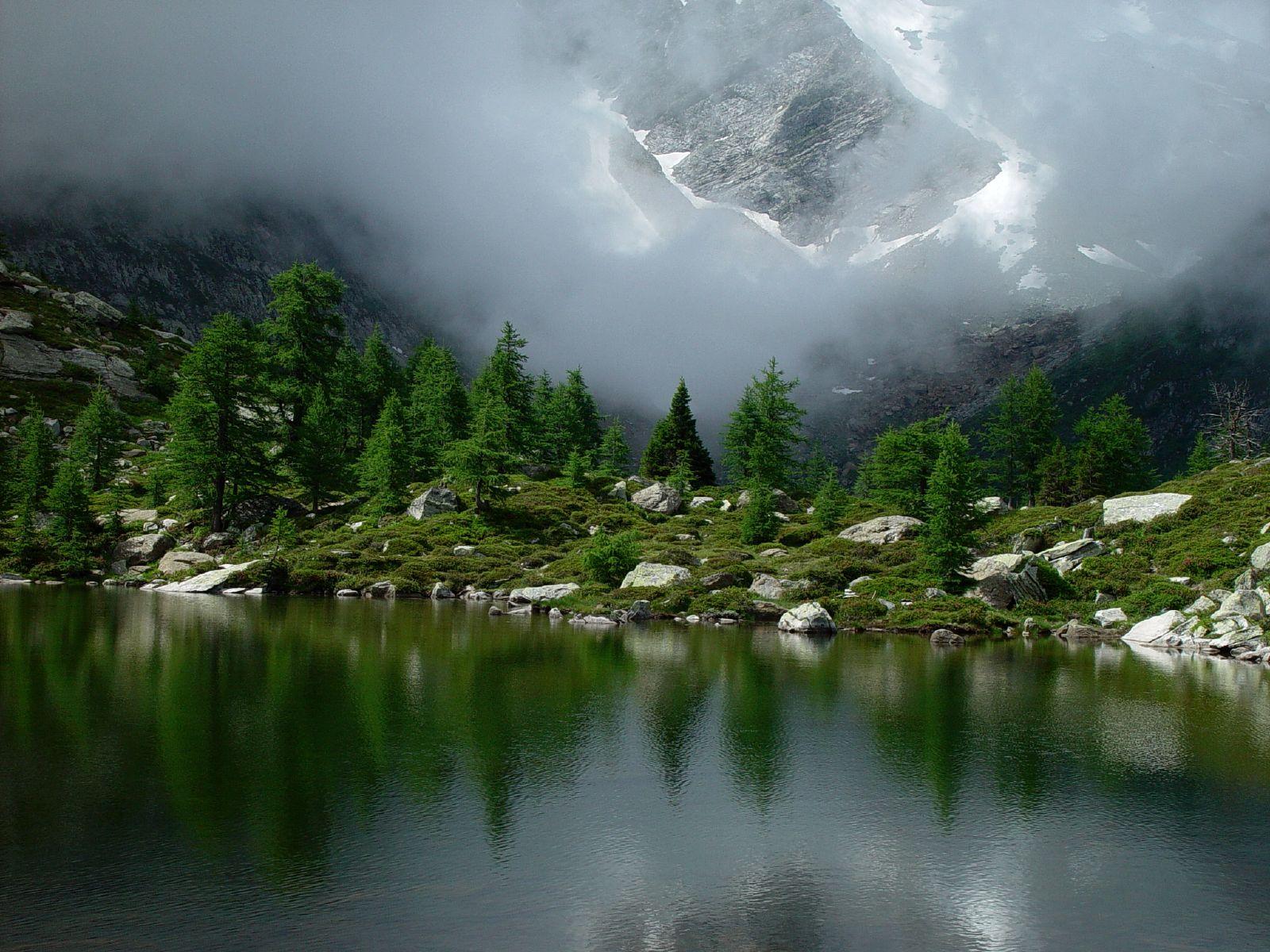 Subalpine_lake_Goms_Switzerland
