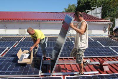 Photovoltaikanlage auf Turnhalle offiziell in Betrieb