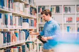 Mann in Bibliothek