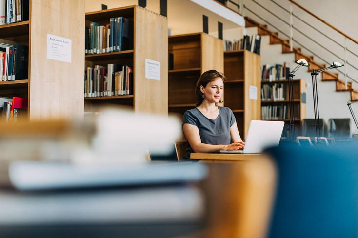 Frau in Bibliothek
