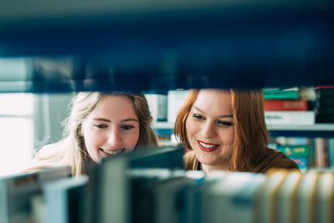 2 Frauen Bibliothek
