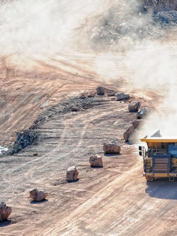 traktor di lokasi konstruksi
