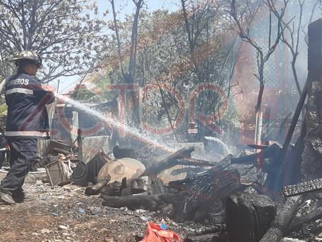 Fuerte incendio en bodega que almacenaba troncos
