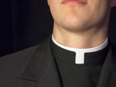 """Sacerdote renuncia en plena misa y confiesa estar enamorado: """"Quiero intentar vivir este amor"""""""