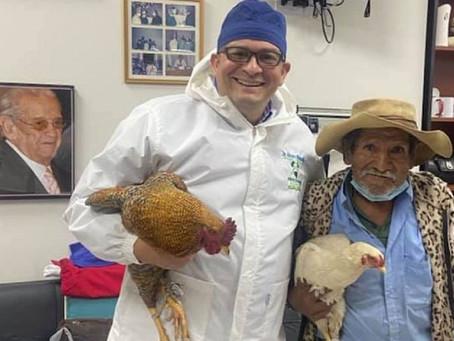 Abuelito 'paga' operación a médico con dos gallinas