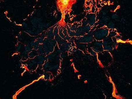 Graba erupción desde dentro de un volcán con su dron