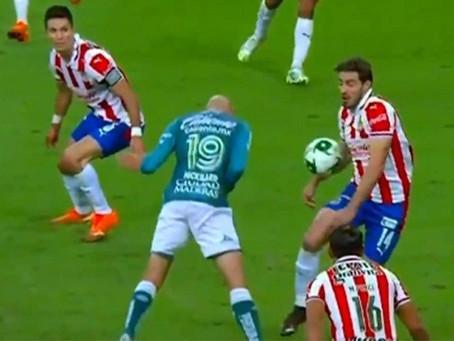Polémica jugada, ¿era penal en contra de Chivas?