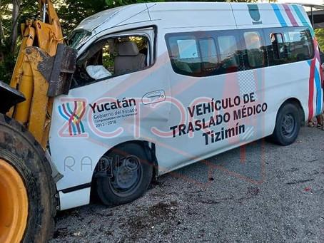 Vehículo oficial se estrella contra maquinaria; Un muerto y cinco heridos